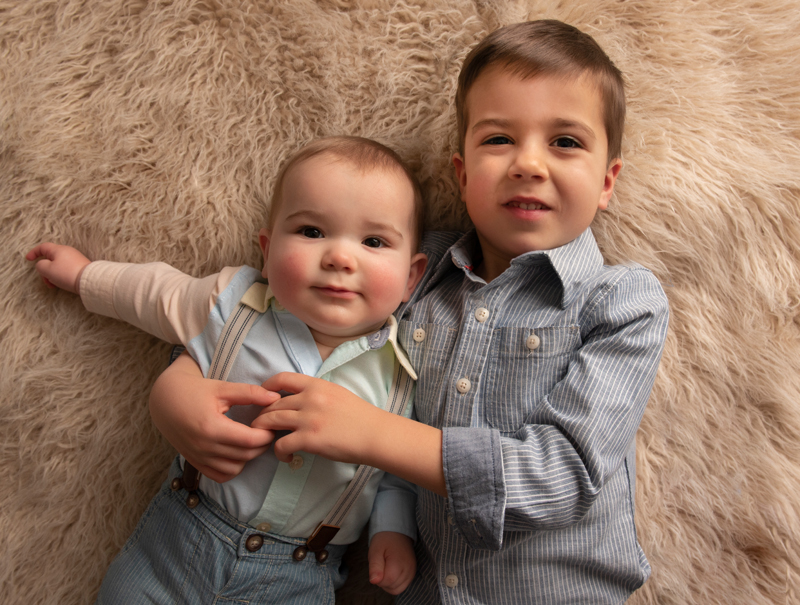 grand rapids michigan sitter session siblings hugging